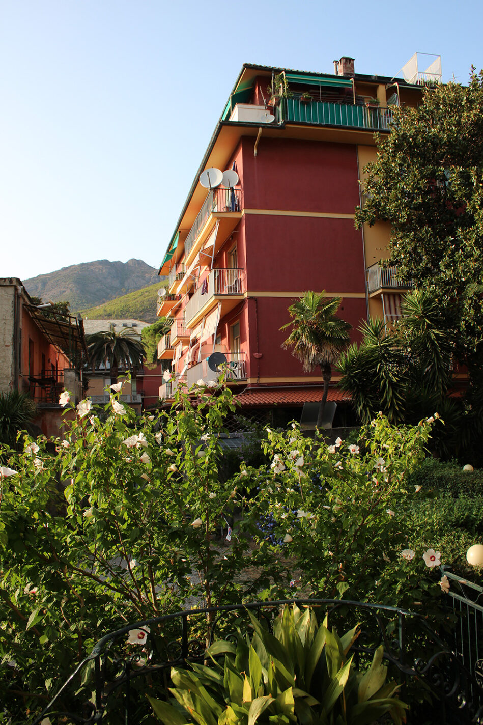 Mooi groen uitzicht vanuit onze kamer in B&B La Perla Blu
