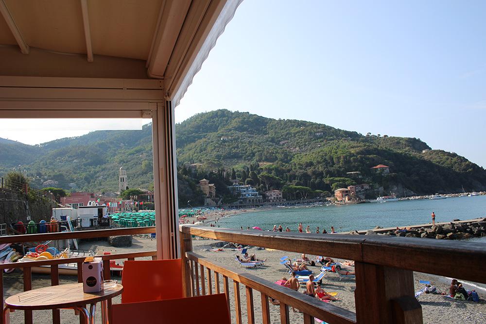 Ontbijten aan het strand van Levanto