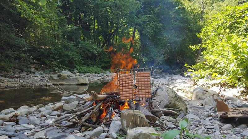 Zelf worstjes en brood roosteren langs de oever van de rivier