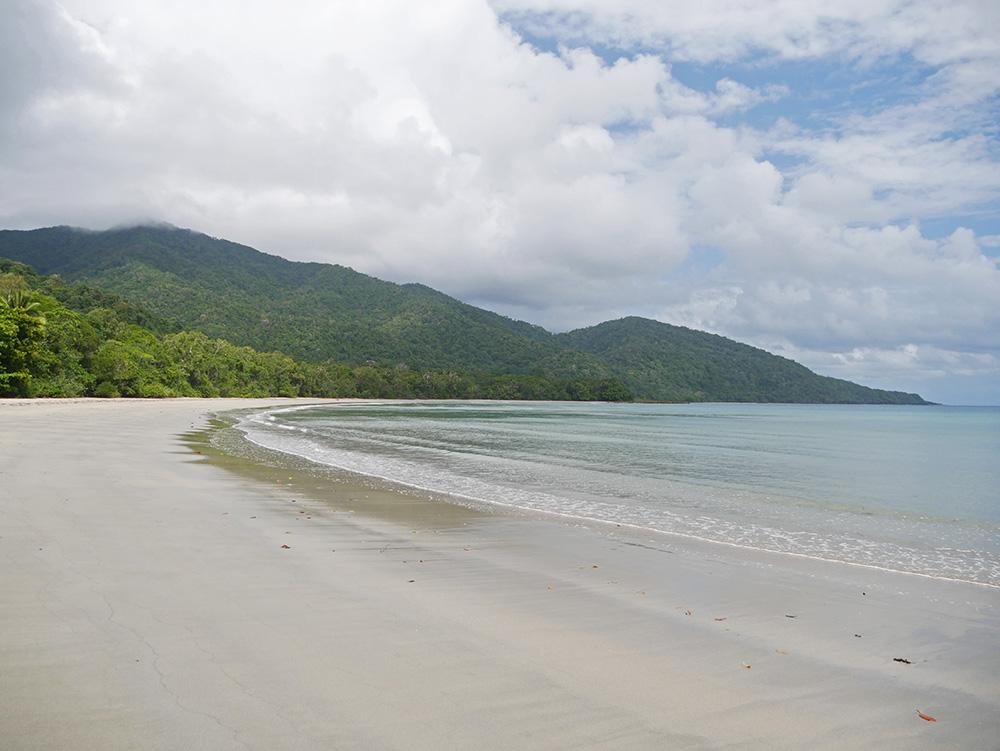 Tropisch strand bij Cape Tribulation