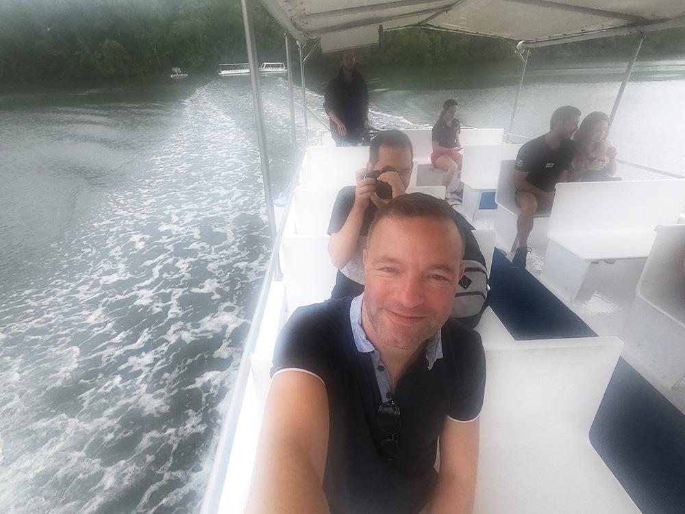 Fotograferen op de boot tijdens een tropische regenbui