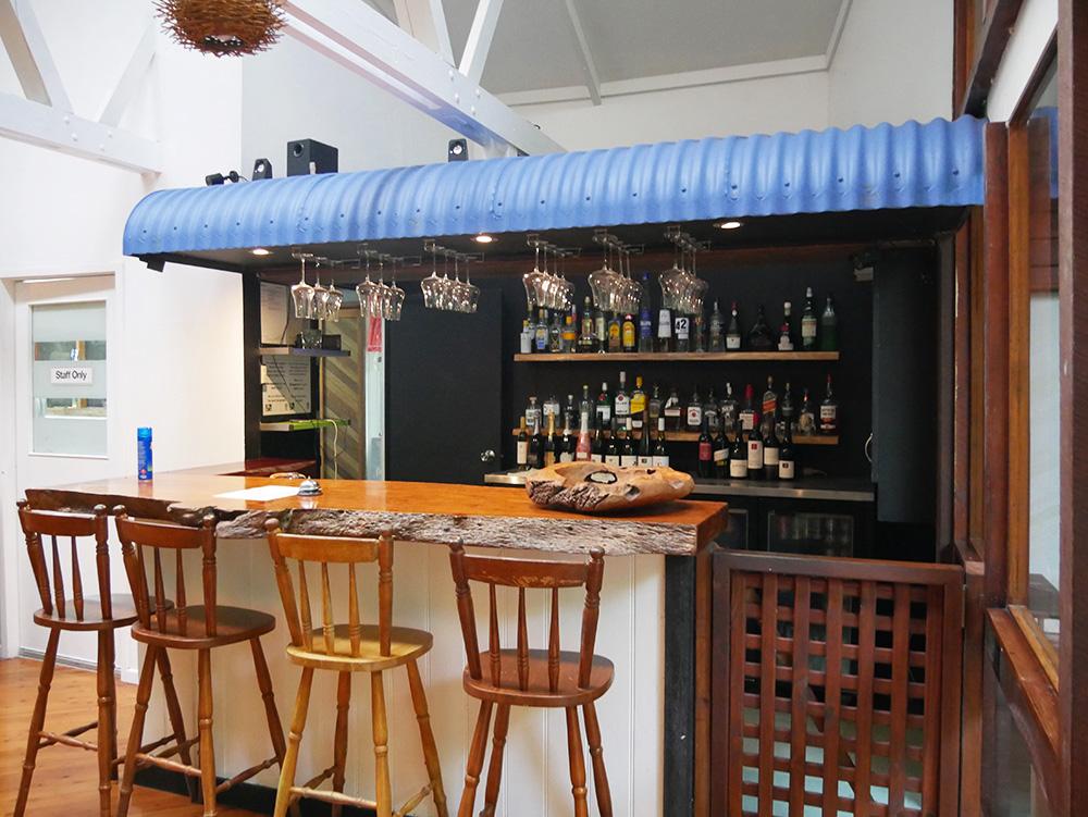 Een barretje waar je bier, wijn of sterke dranken kunt bestellen - Daintree Wilderness Lodge