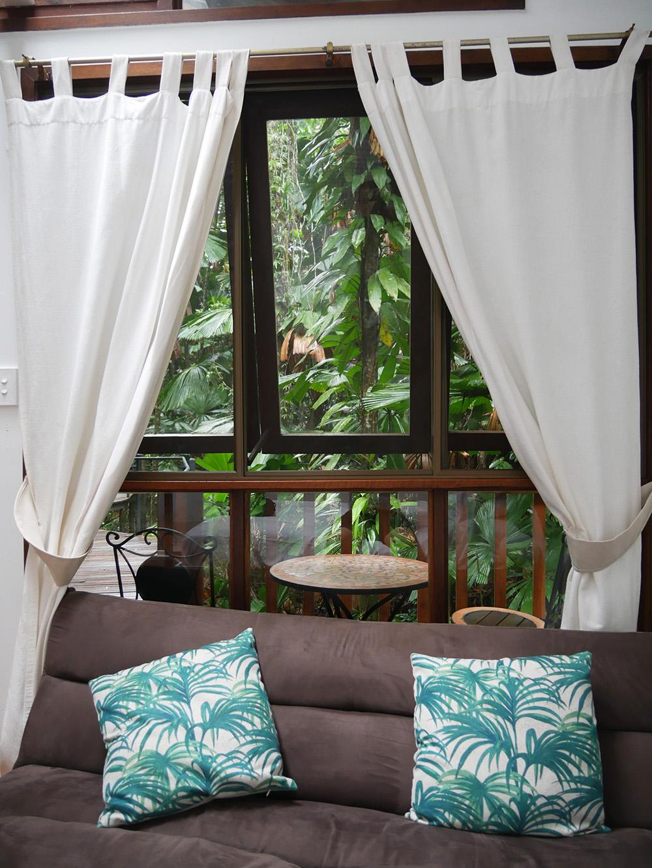 Bank om op te chillen en een zitje voor de lodge - Daintree Wilderness Lodge