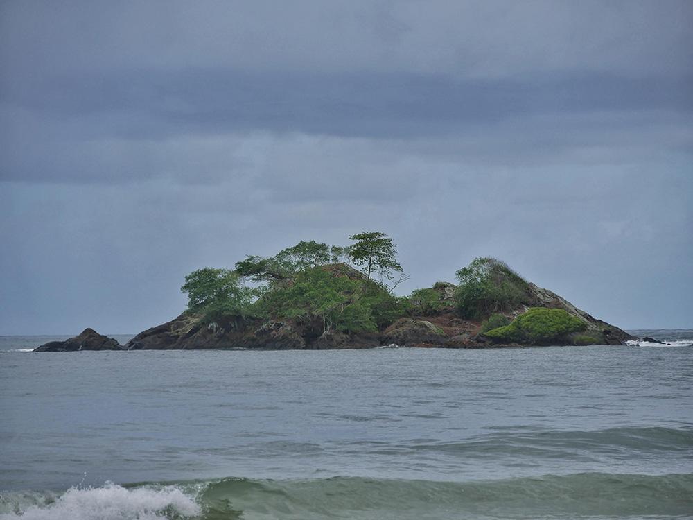 Struck Island: een een heel klein tropisch eilandje voor de kust bij Thornton beach