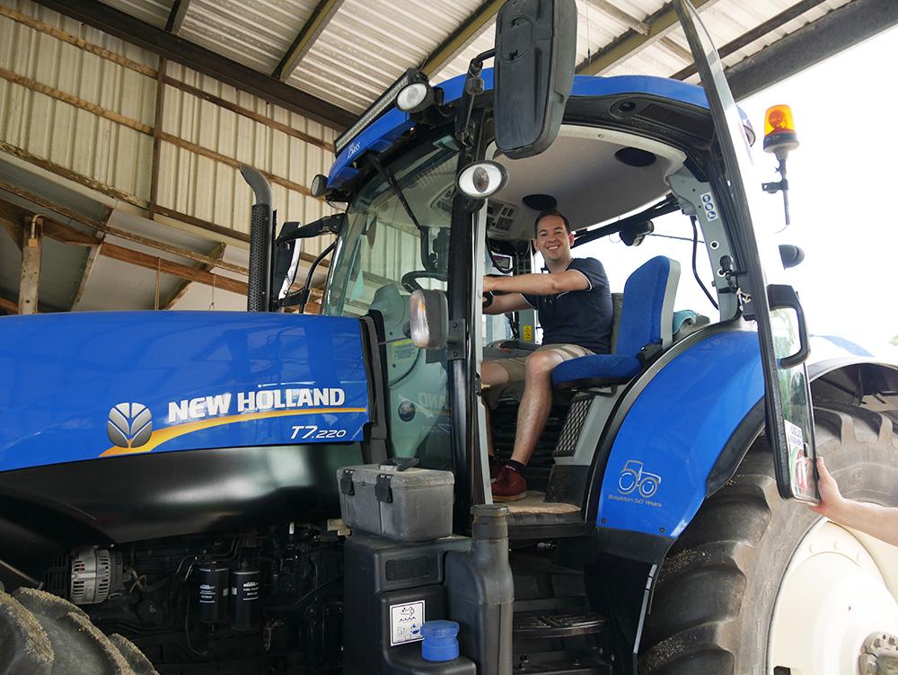 In een van de tractors die gebruikt worden op het and