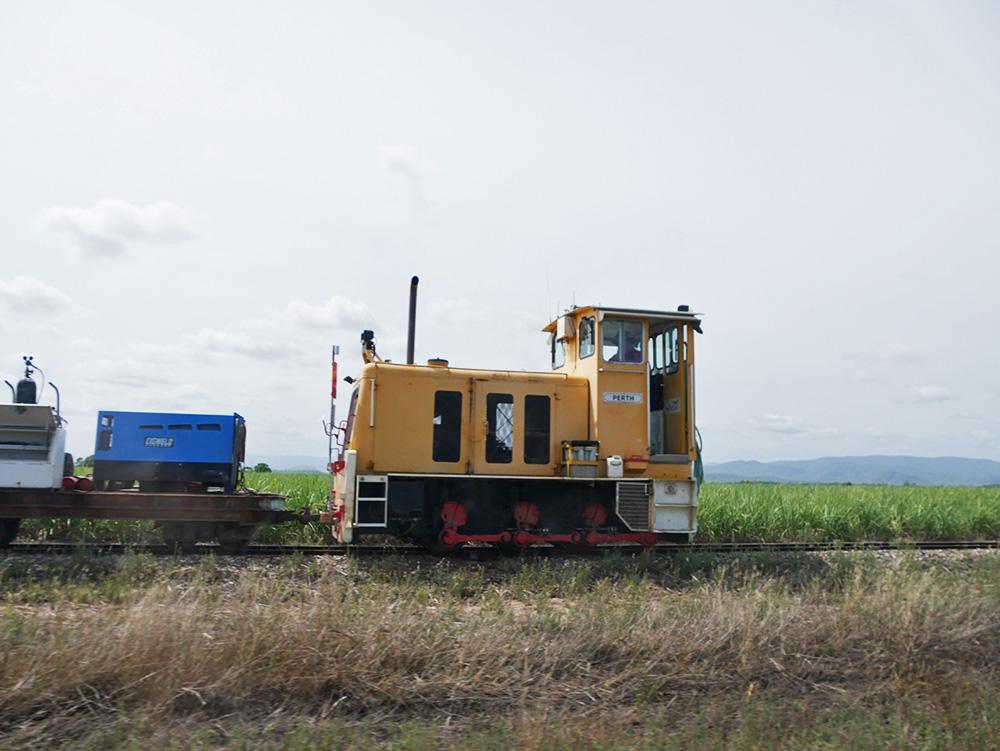 Een boer is aan het werk en zit in zijn locomotief