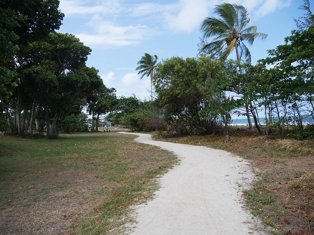 Het pad langs het strand