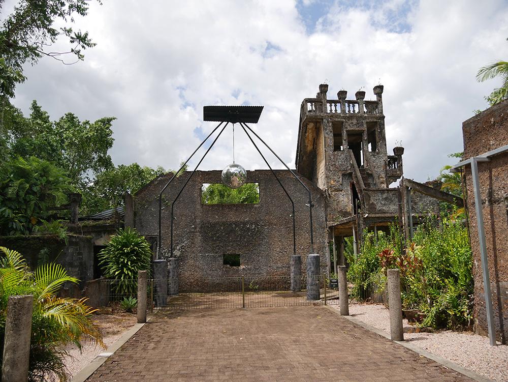 Overblijfselen van de kastelen met in het midden een discobol