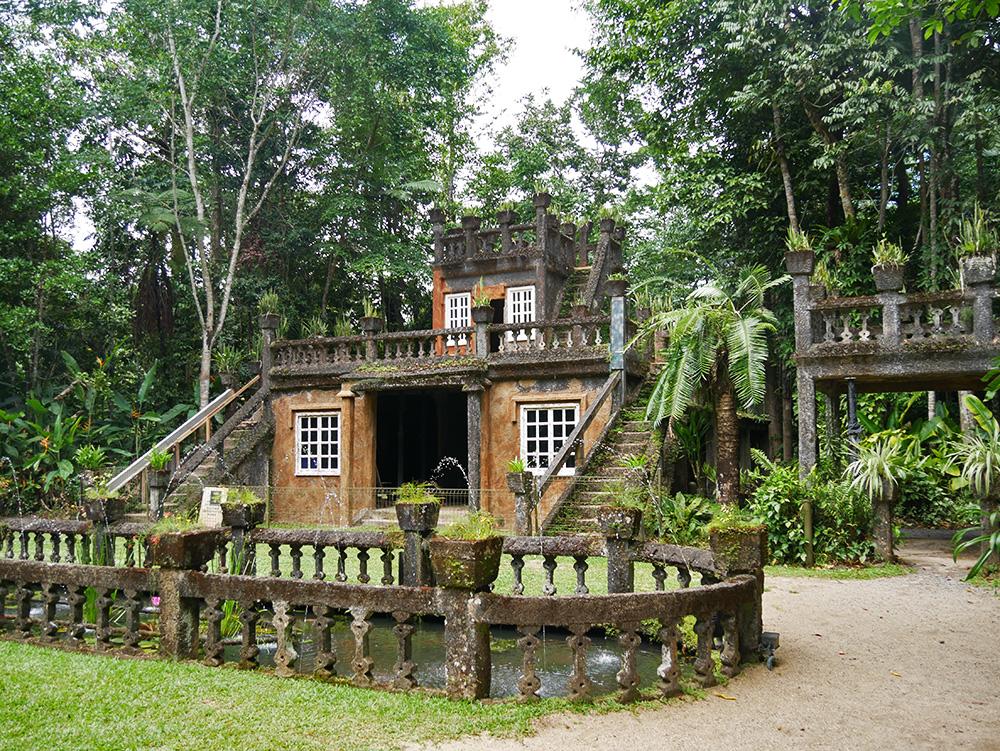 Historisch kasteel midden in het regenwoud