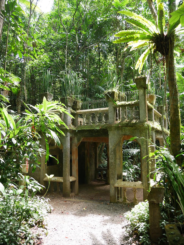Historisch gebouw omgeven door tropische bomen en planten
