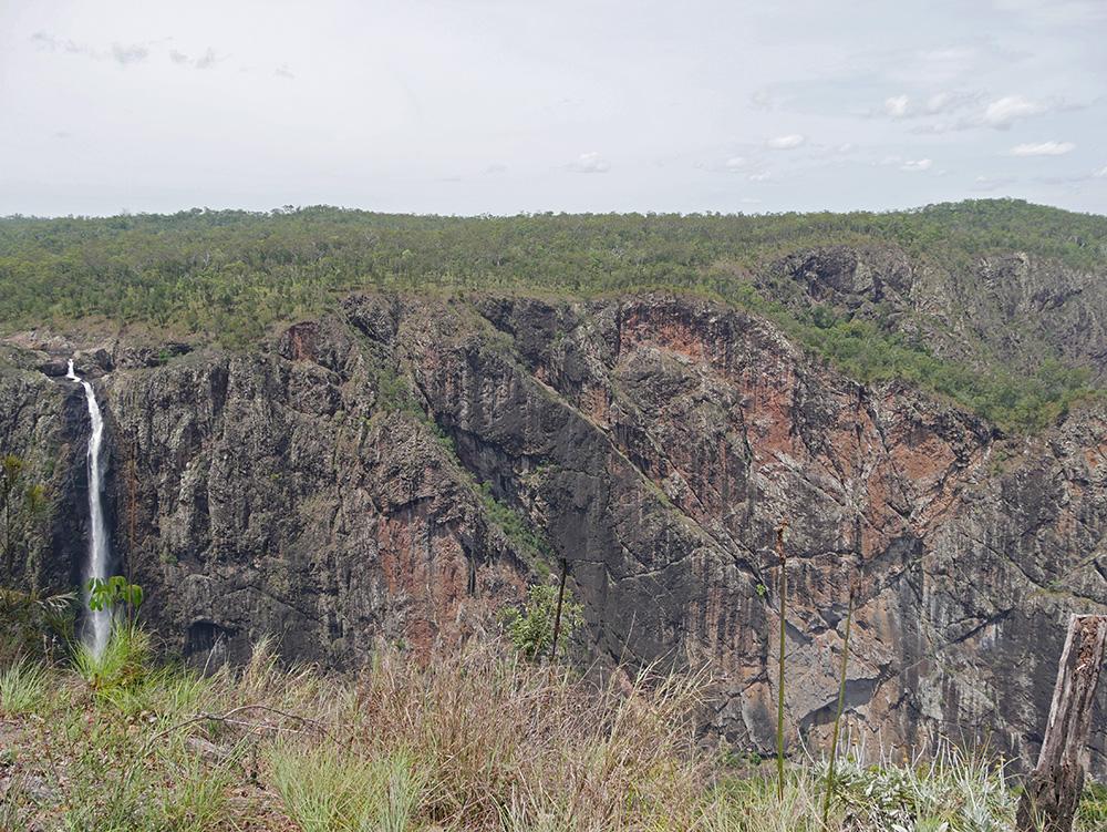 Enorme rotspartij naast de watervallen - Wallaman Falls