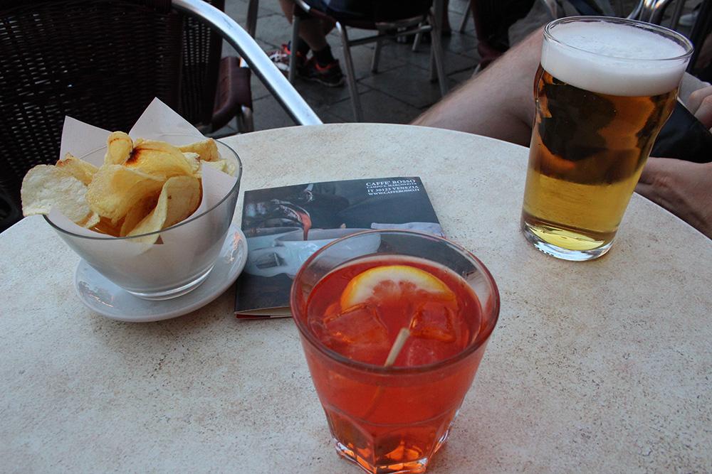 Een verkoelende aperol spritz op het terras van Il Caffè Rosso in Dorsoduro
