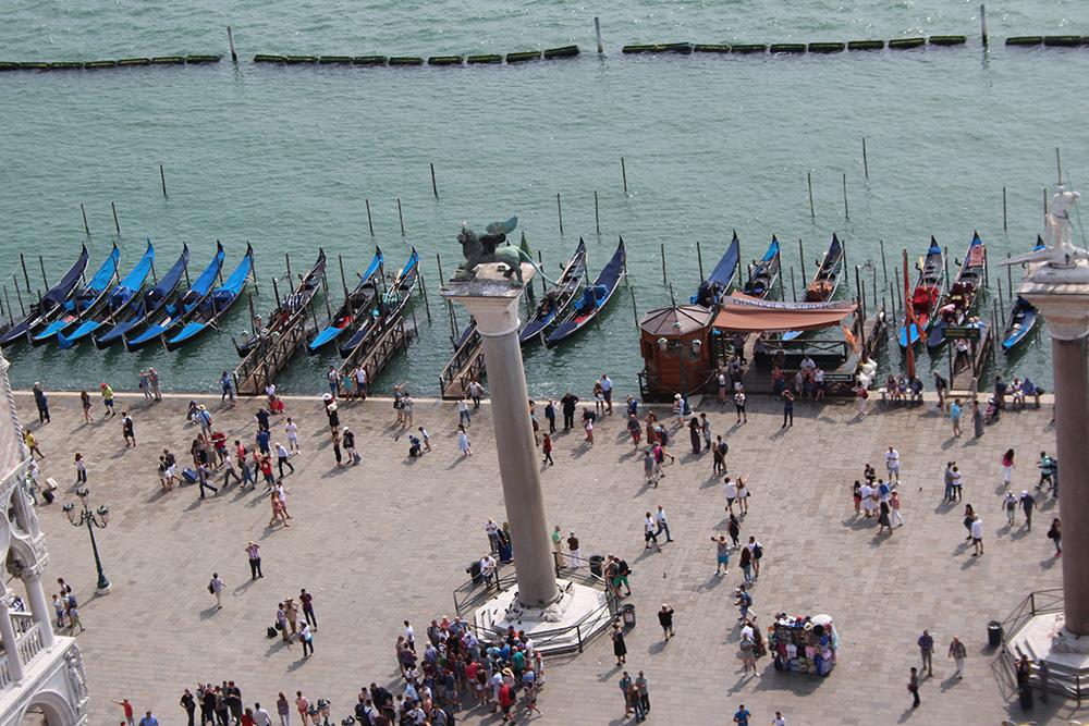 Het krioelt niet alleen van de mensen maar ook van de gondels in Venetië
