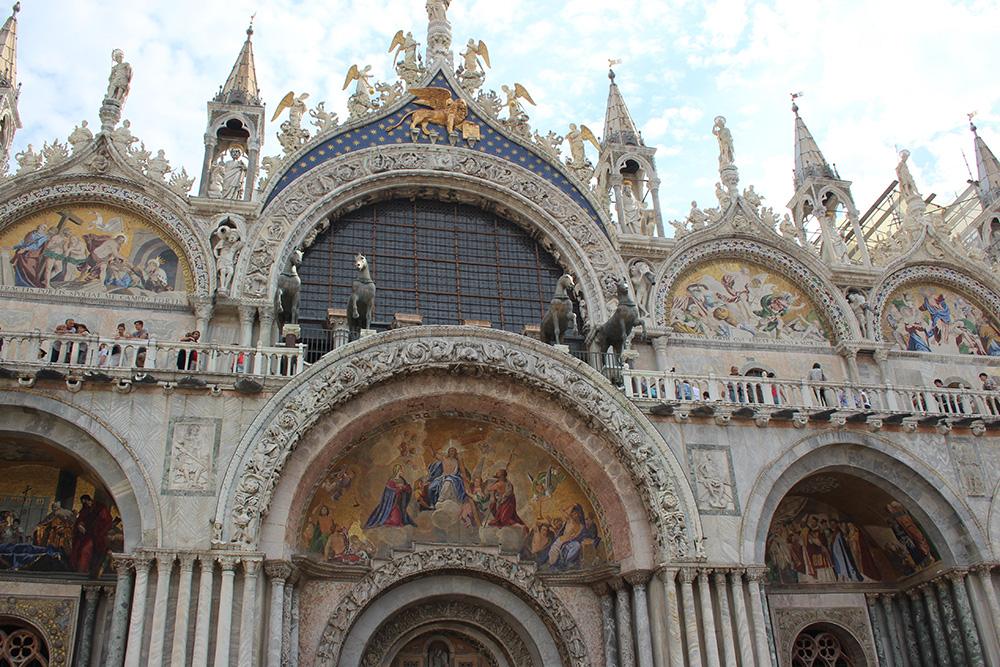 Prachtige details en fresco's op de Basilica di San Marco
