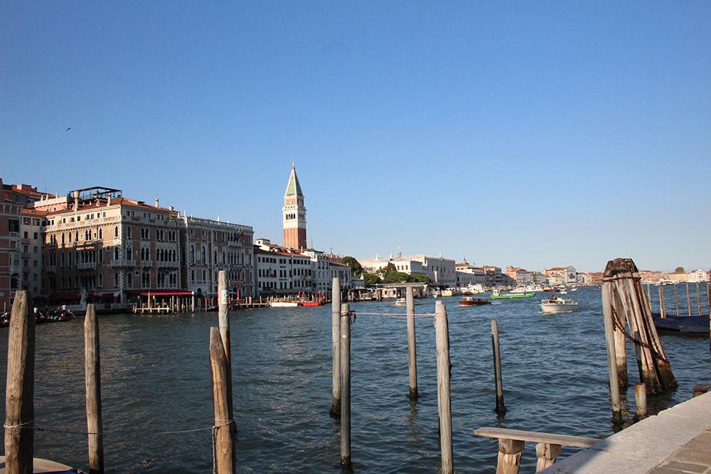 Uitzicht op de 98.5 meter hoge Campanile (klokkentoren) aan het Piazza San Marco vanaf de wijk Dorsoduro