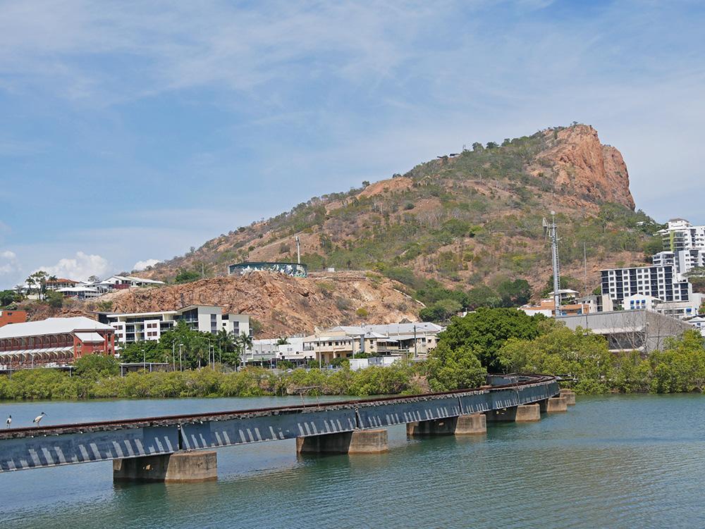 Spoorbrug over het water met Castle Hill op de achtergrond