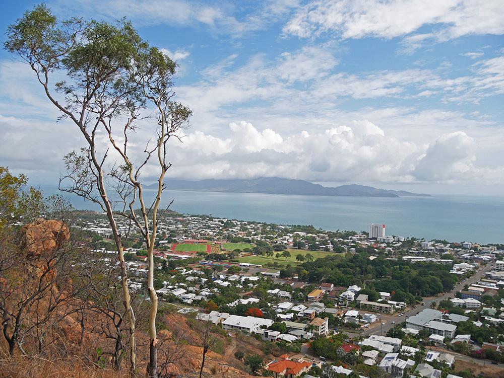 Prachtig uitzicht op de stad en de kust