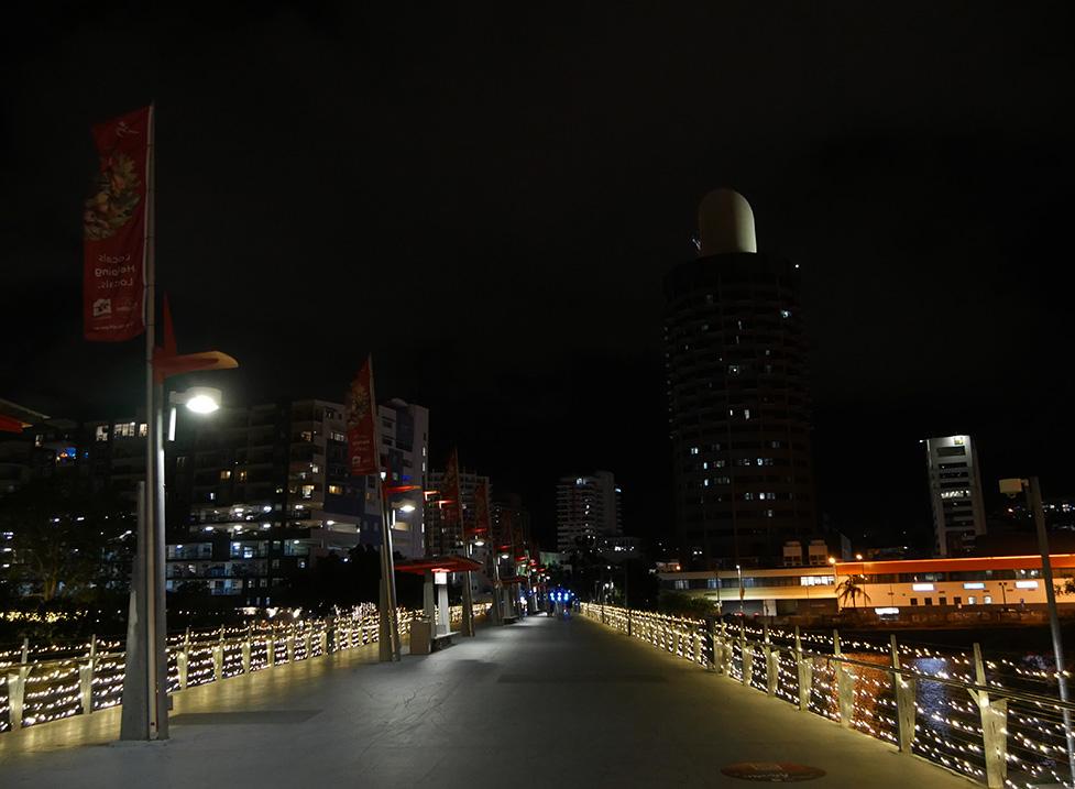 De brug van ons hotel naar het centrum