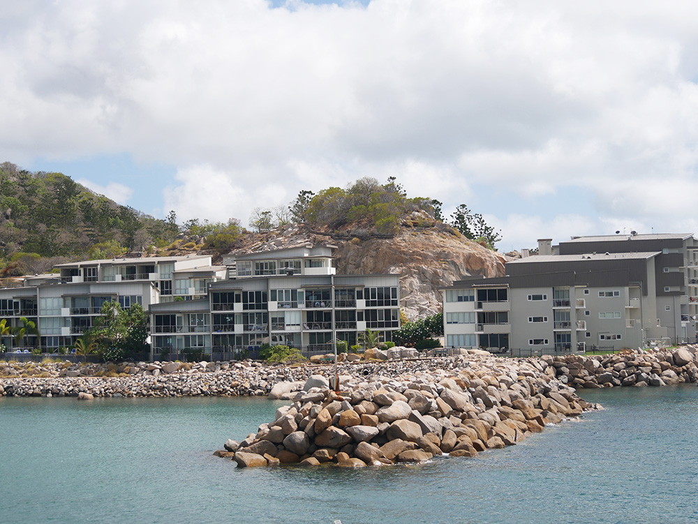 Mooie appartementen langs het water bij Nelly Bay