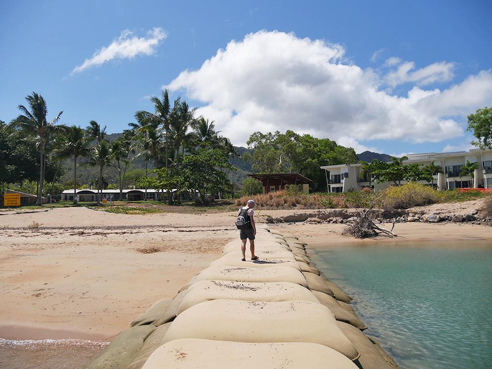 Lopen op een pier van zandzakken - Magnetic Island