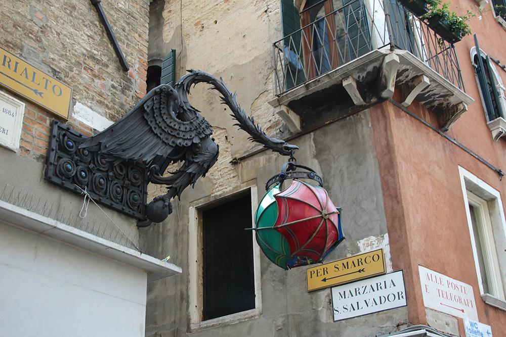 Vergeet ondanks de mensenzee niet af en toe omhoog te kijken in de omgeving van Piazza San Marco