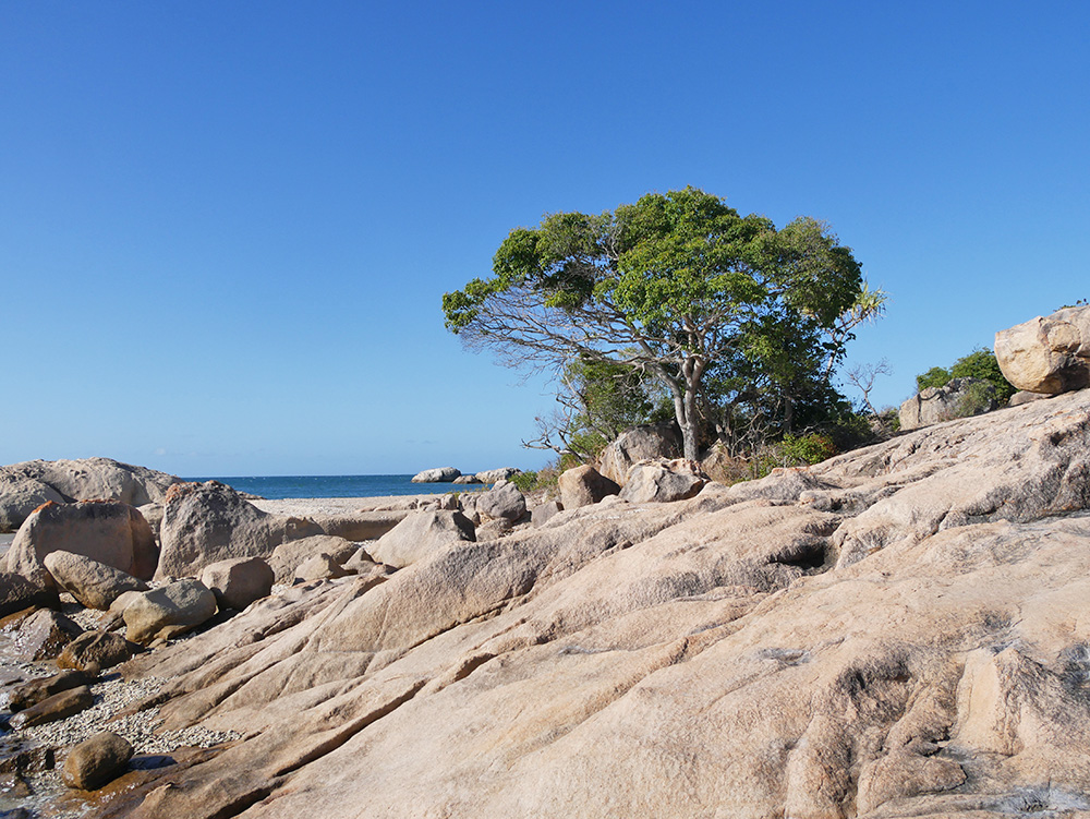 Een groot stuk van de kust bestaat uit heuvels met rotsen