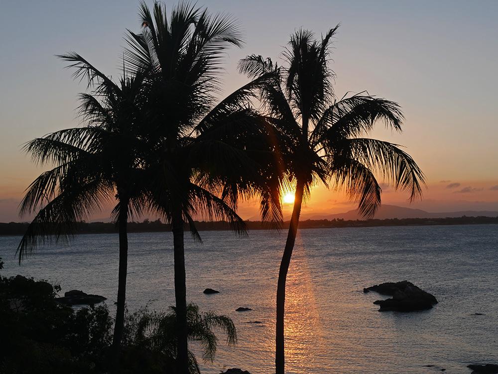 Het zonnetje zakt langzaam in het water - Bowen
