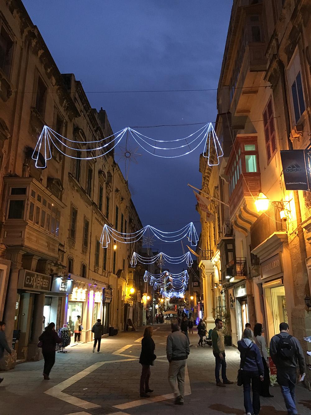 Mooi verlichte straat op Malta