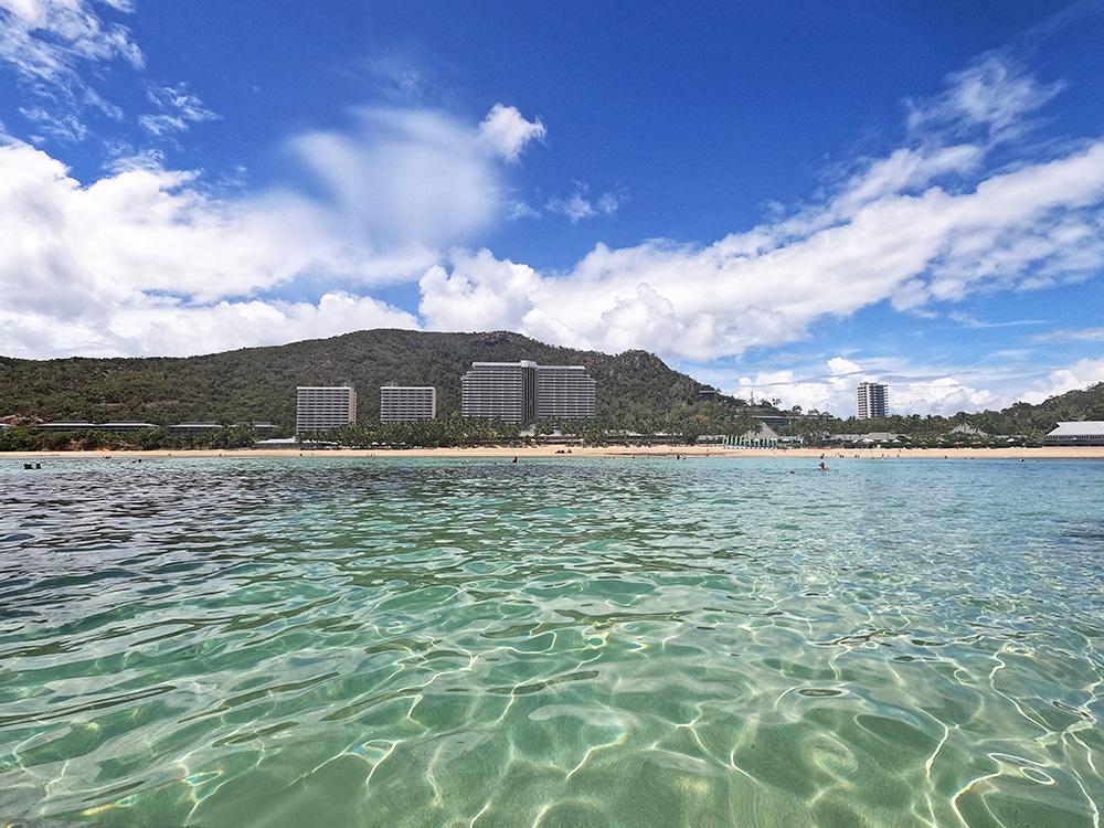 Uitzicht vanaf het water op Reef View Hotel