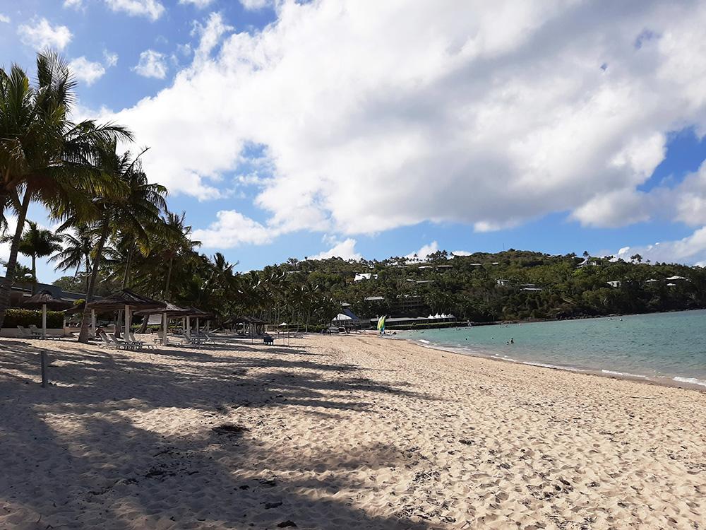 Lang mooi strand voor de hotels