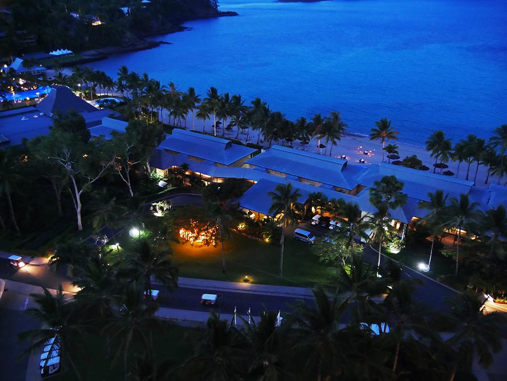 Uitzicht vanaf het balkon in de avond. Romantisch sfeertje