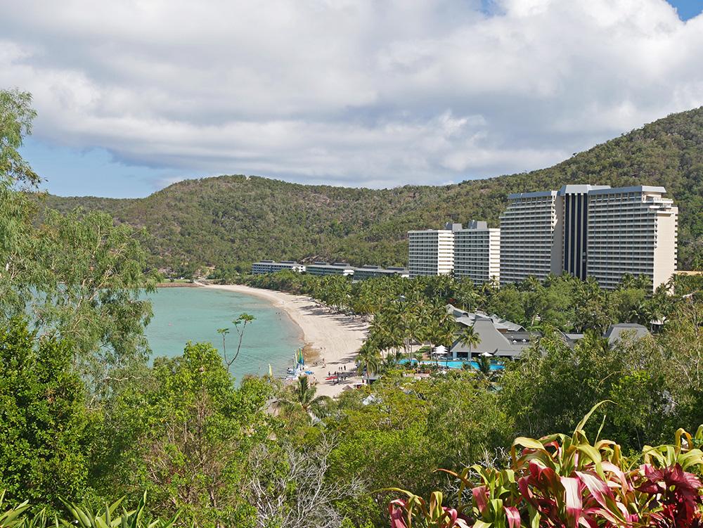 Uitzicht op hotels met aan de rechterkant het Hamilton Island Reef Hotel