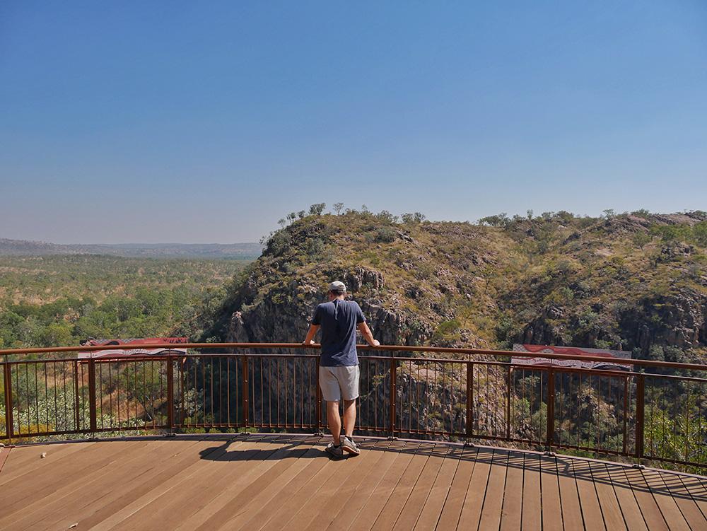 Martin geniet van het uitzicht vanaf de Baruwei Lookout