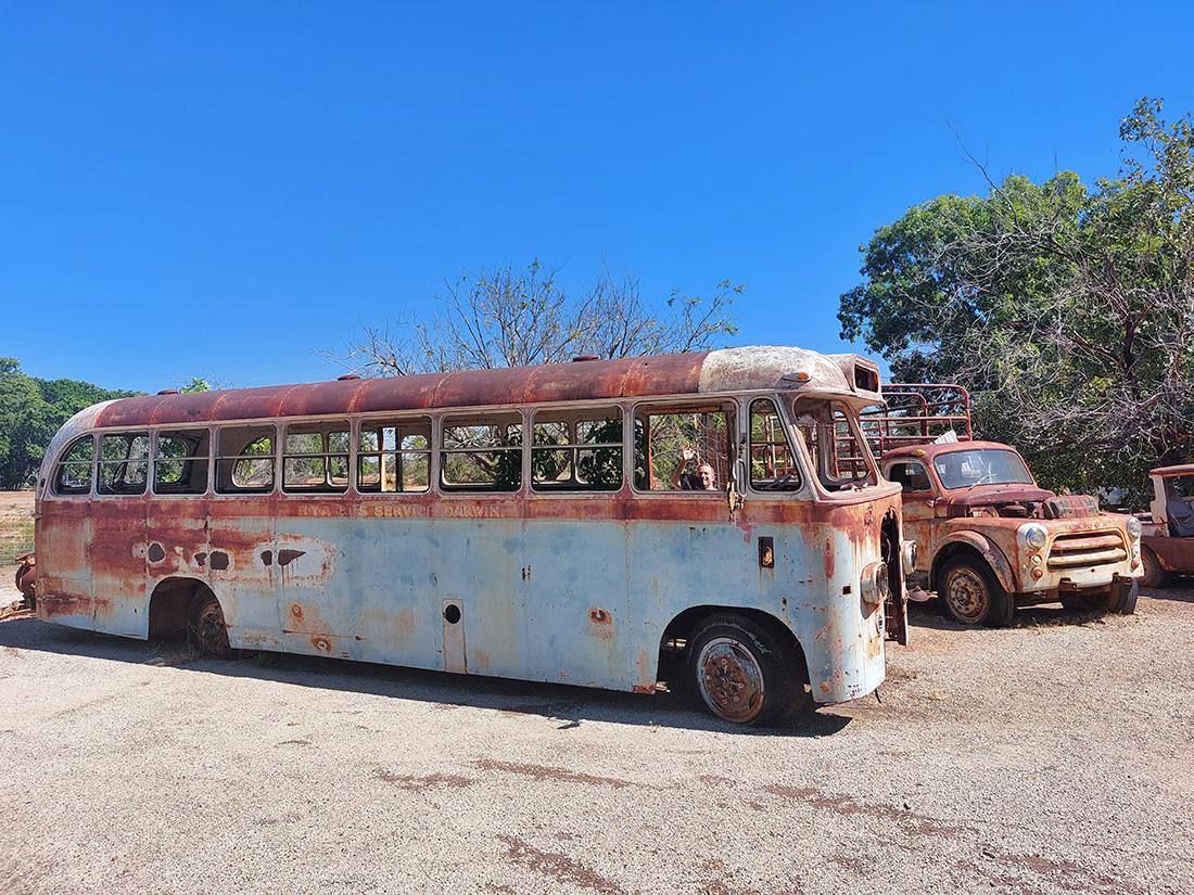 Oude verroeste bussen en auto's