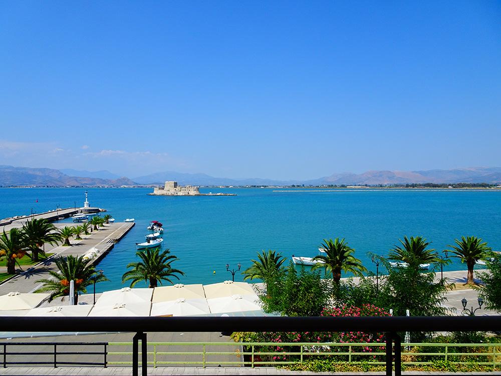 Zicht op fort Bourdzi en de zee vanuit de hotelkamer