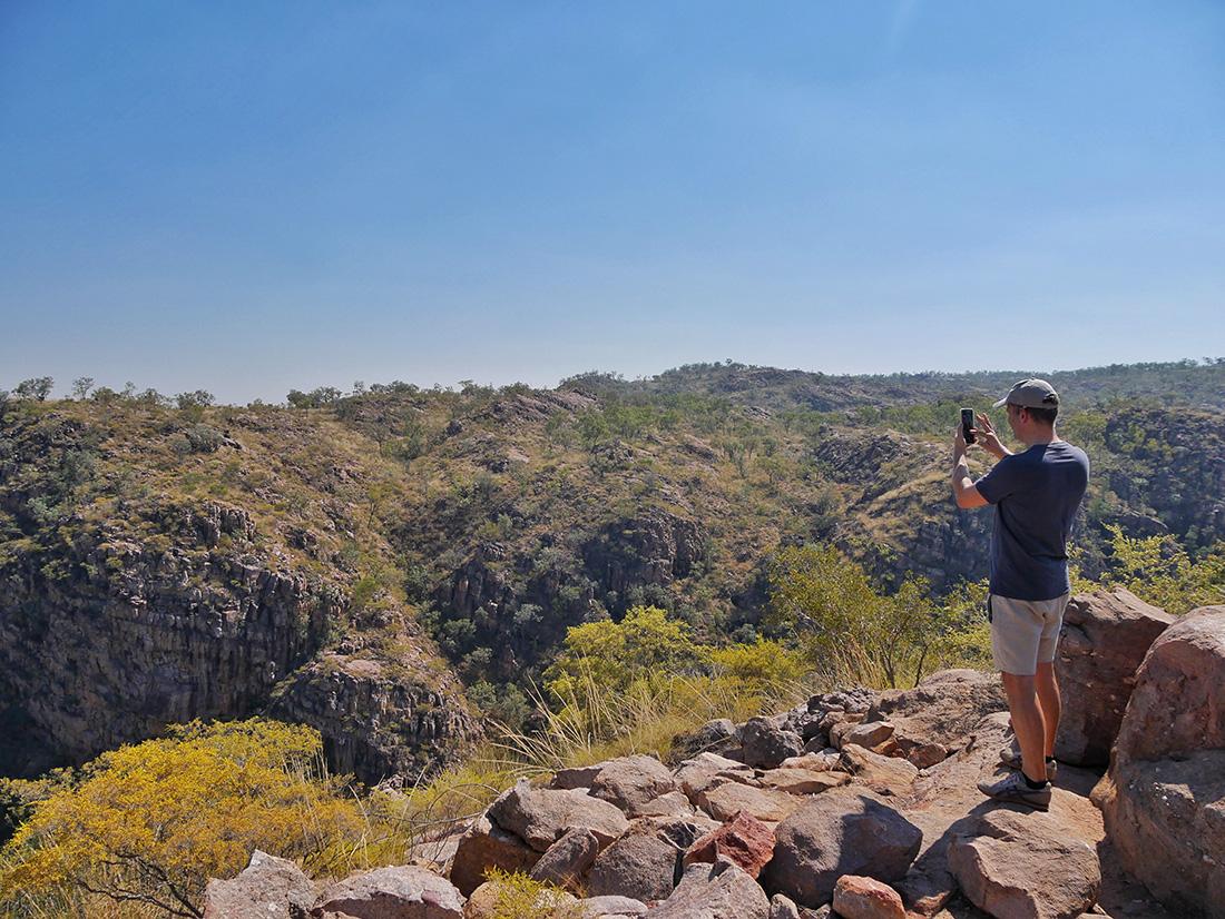 Martin geniet van het mooie uitzicht op de kloven - Nitmiluk National Park