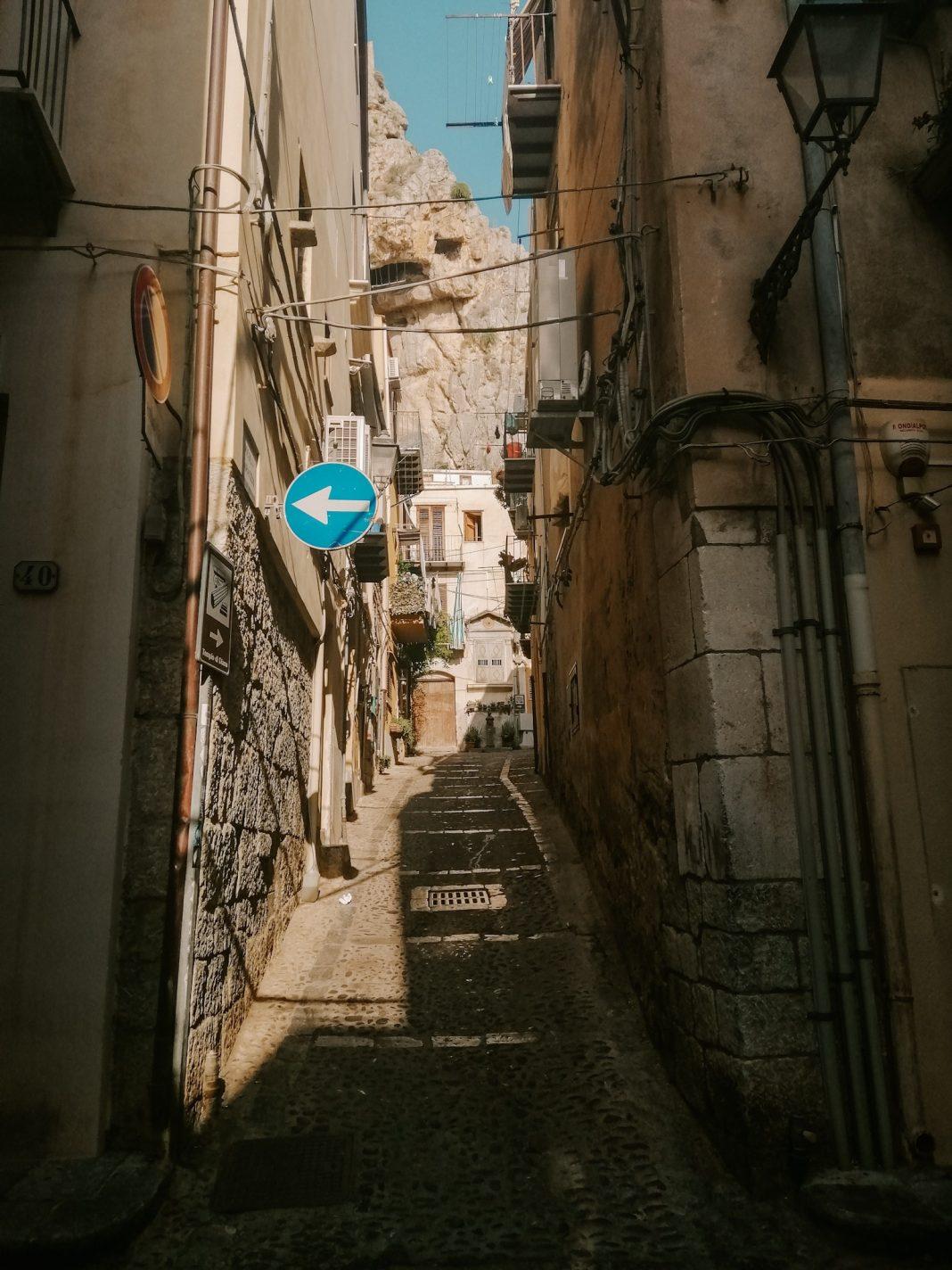 Straatje in Cefalù met de grote rots op de achtergrond