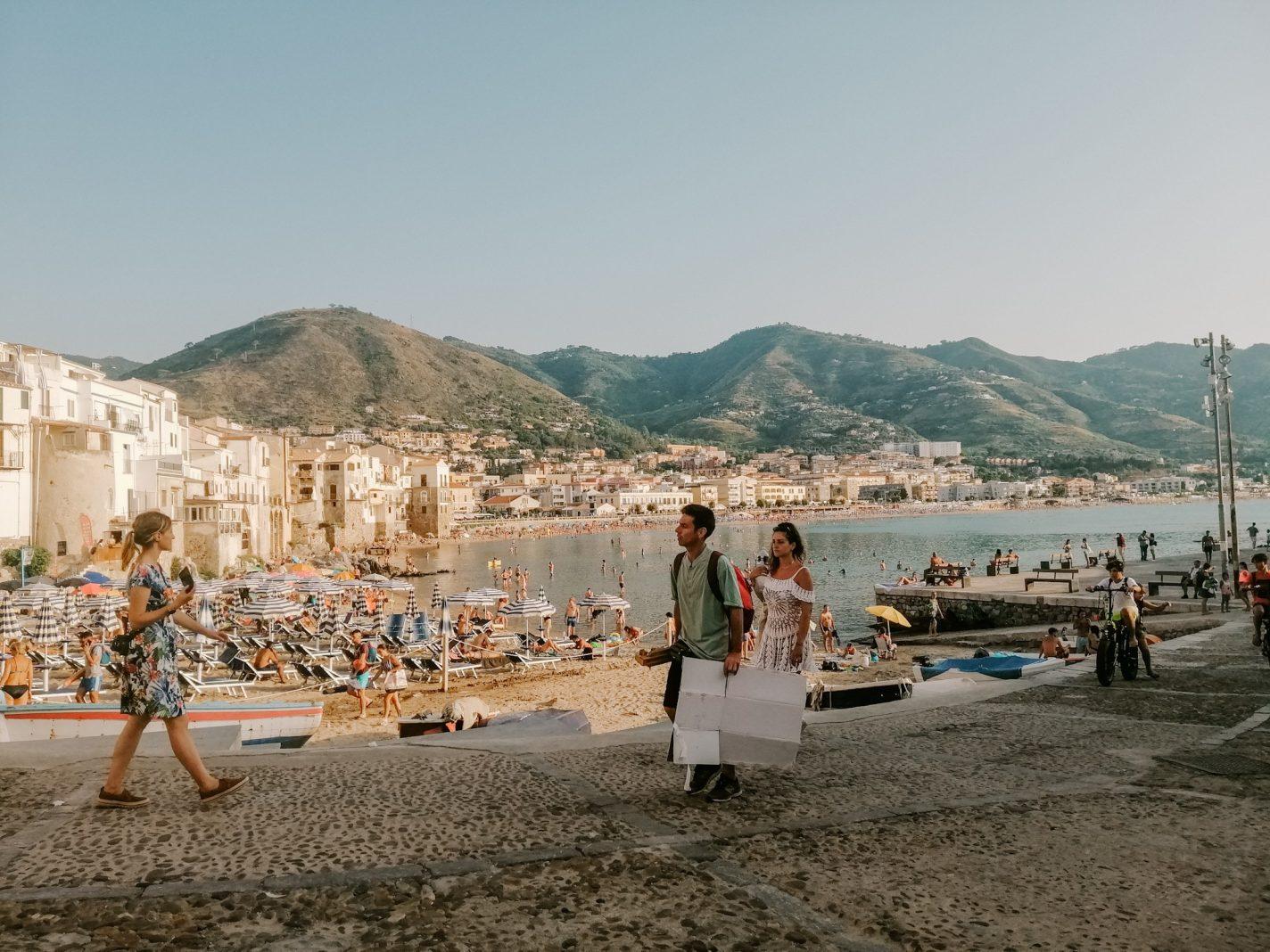 Strand bij Cefalu in Oost-Sicilië