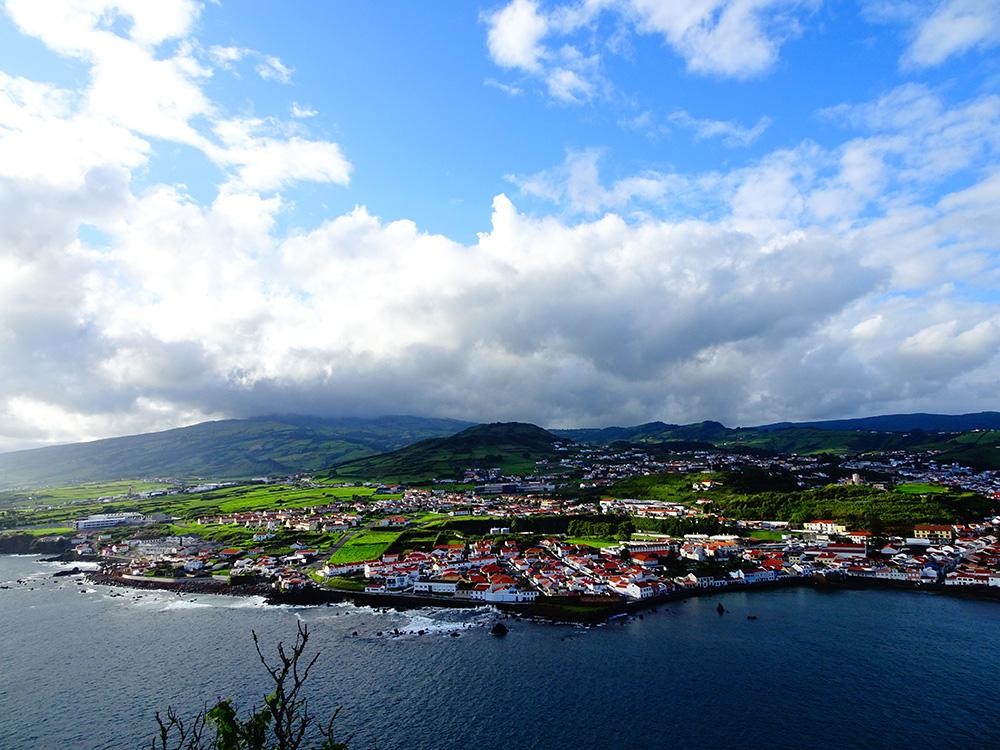 Adembenemend uitzicht op Horta vanuit Porto Pim