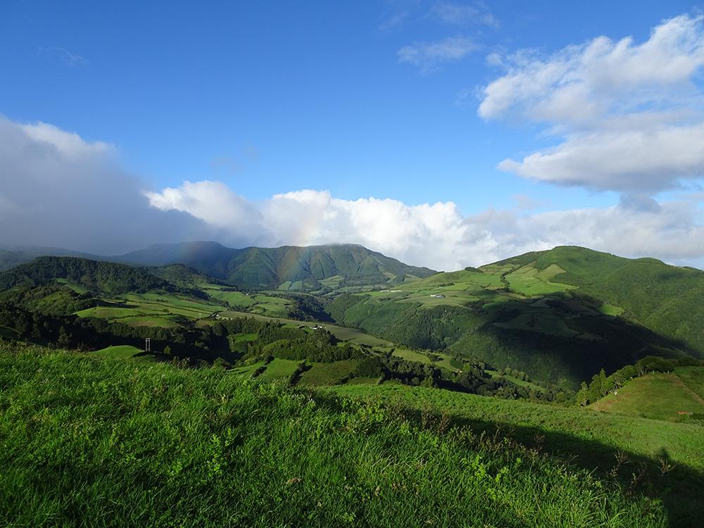 De groenste landschappen met regenbogen bij de miradouros