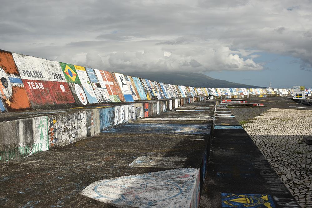 De tekeningen in de haven van Faial