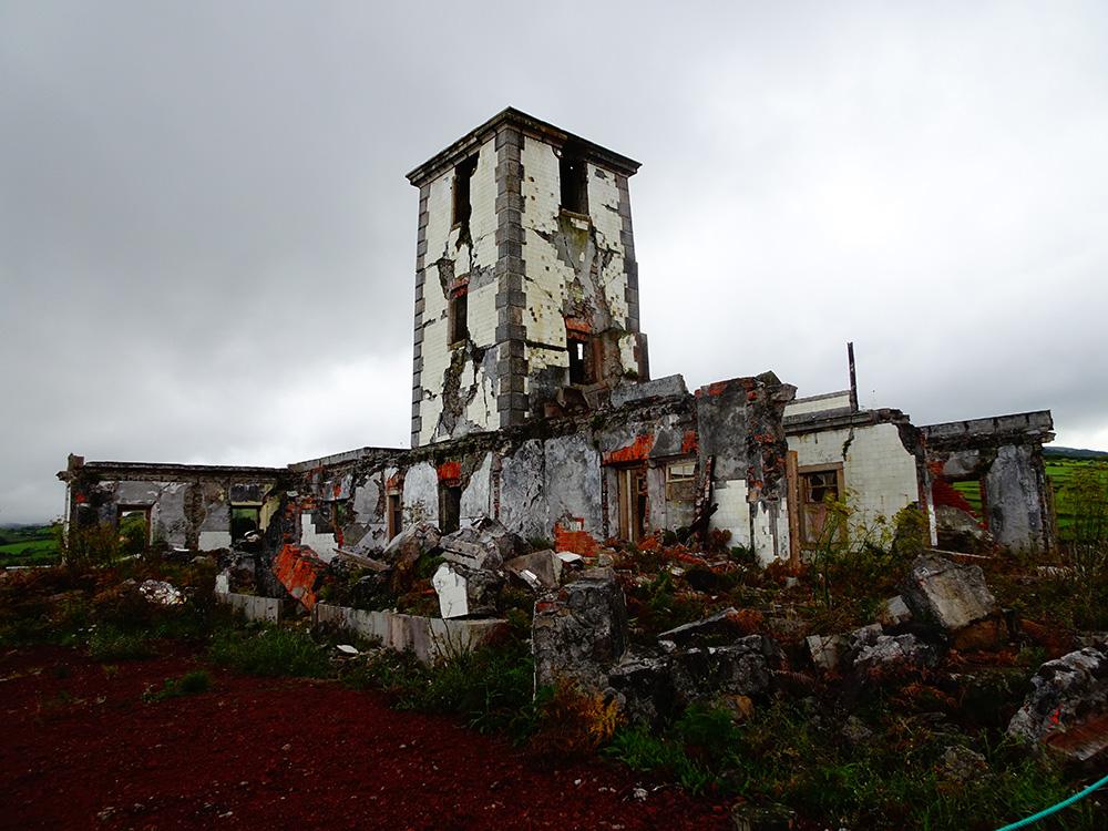 De vuurtoren die werd getroffen door de aardbeving van 1998