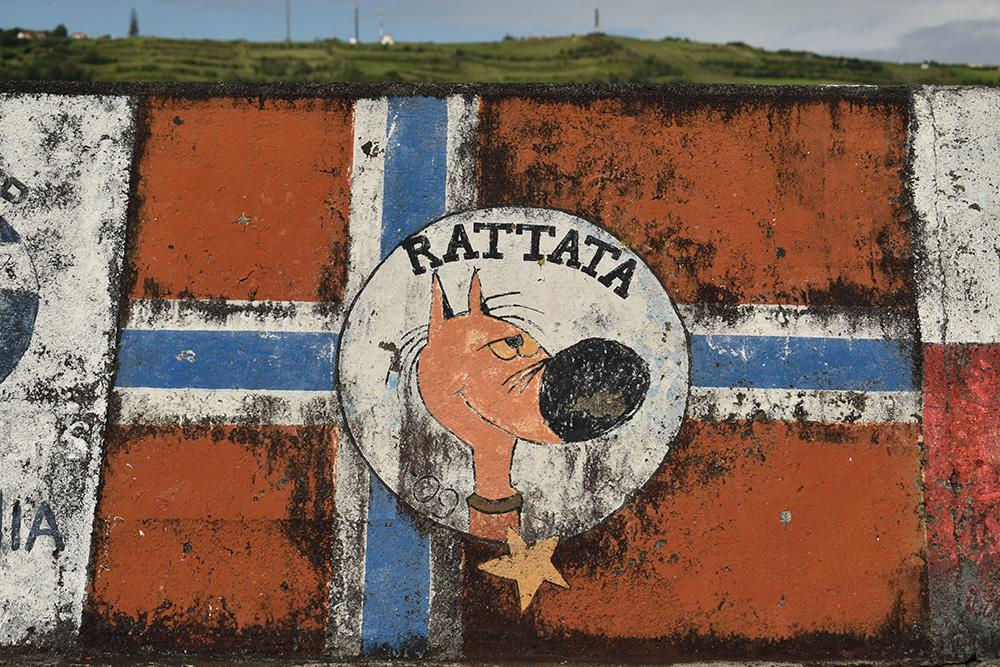 Kleurrijke kunstwerkjes in de haven van Horta